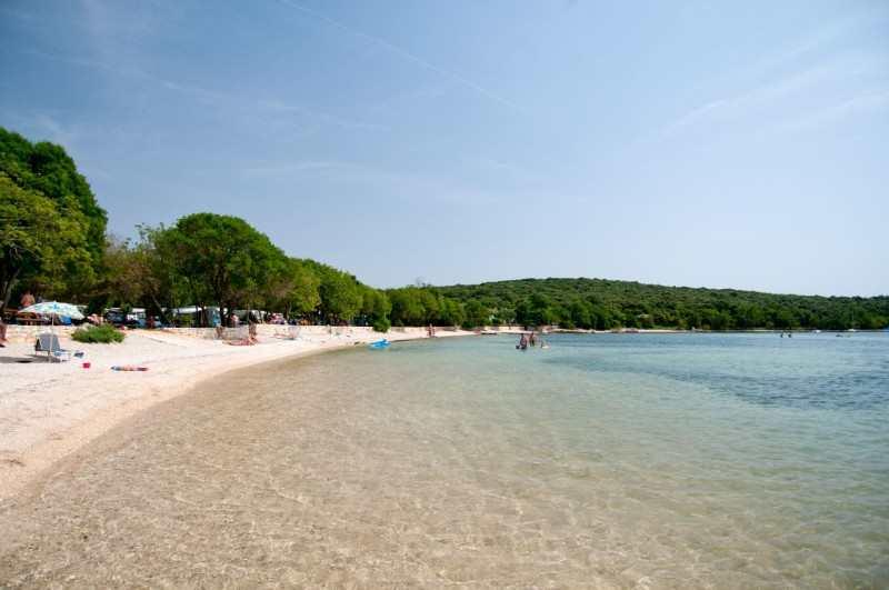 Пляж бухты Vestar в Ровине