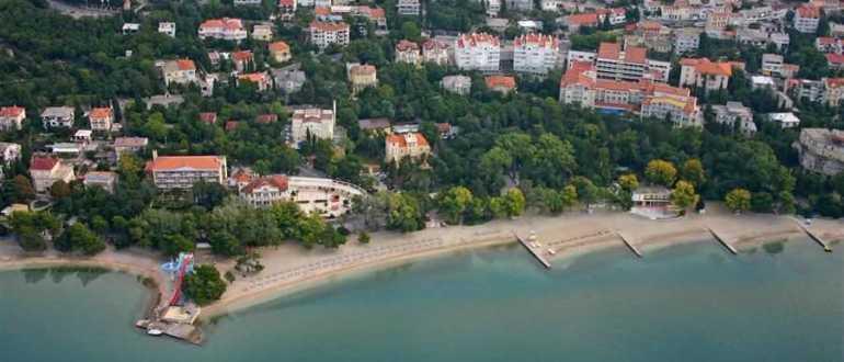 Пляж между отелями Mediteran и Omorika в Цриквенице