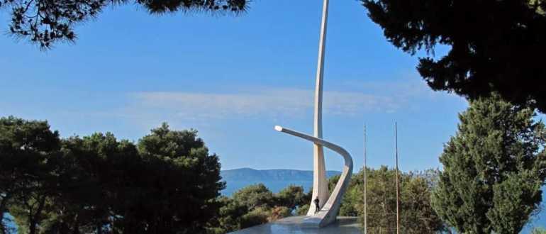 Монумент в виде крыльев чайки в Подгоре