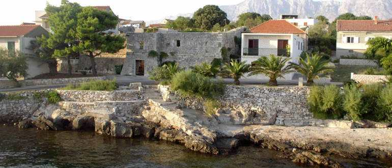 Венецианский замок в Сучурае на острове Хвар