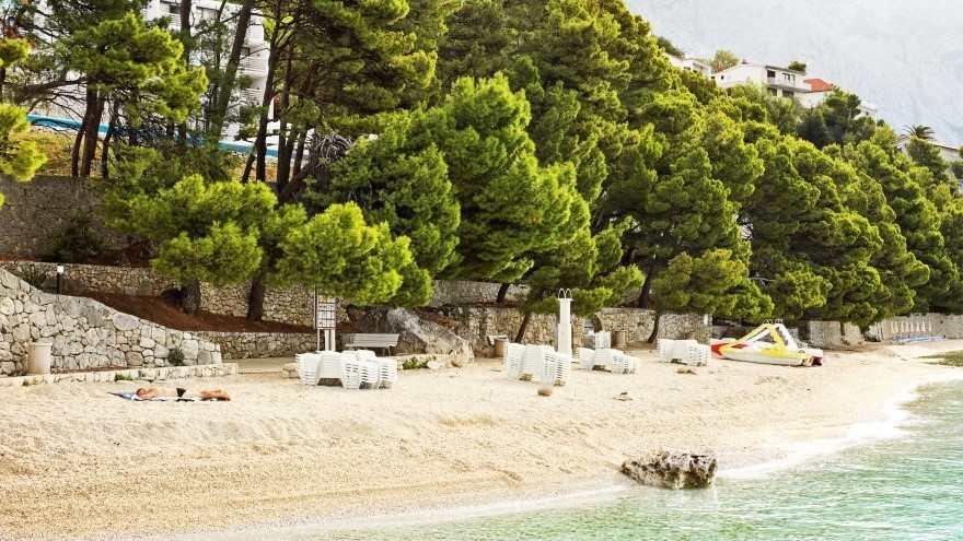 Пляж у Старого города в Примоштене