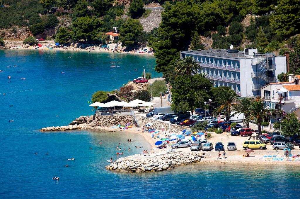 Пляж у отеля Сирена в Подгоре
