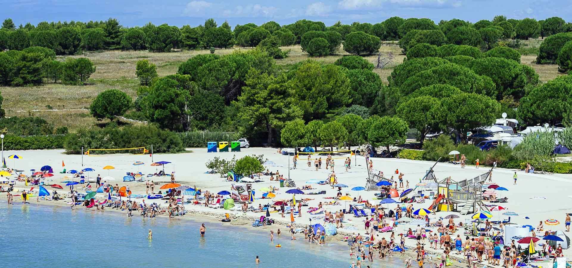 пляж Затон Холидей в Нине