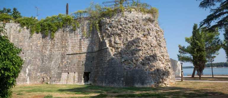 Древние останки Северной Башни в Порече
