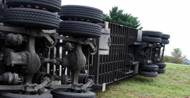 Перевернутый грузовик